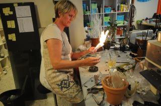 Anne Altin i gang med glassproduksjon