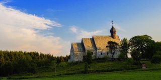 Dønnes kirke var i sin tid gårdens private kirke.